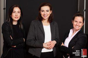 Fotografin Marlene Rahmann mit Justizministerin Alma Zadic und Sophie Martinetz